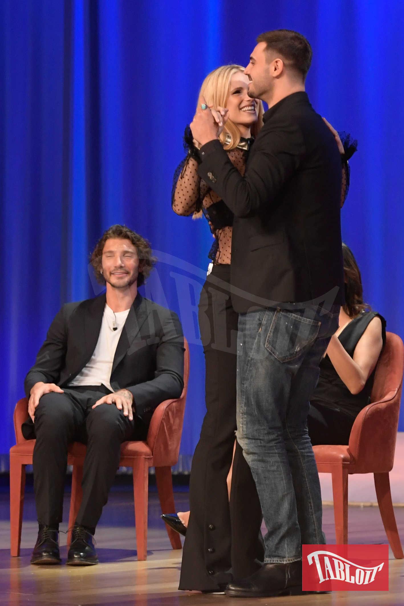 Michelle Hunziker e Francesco Monte ballano insieme al Maurizio Costanzo Show