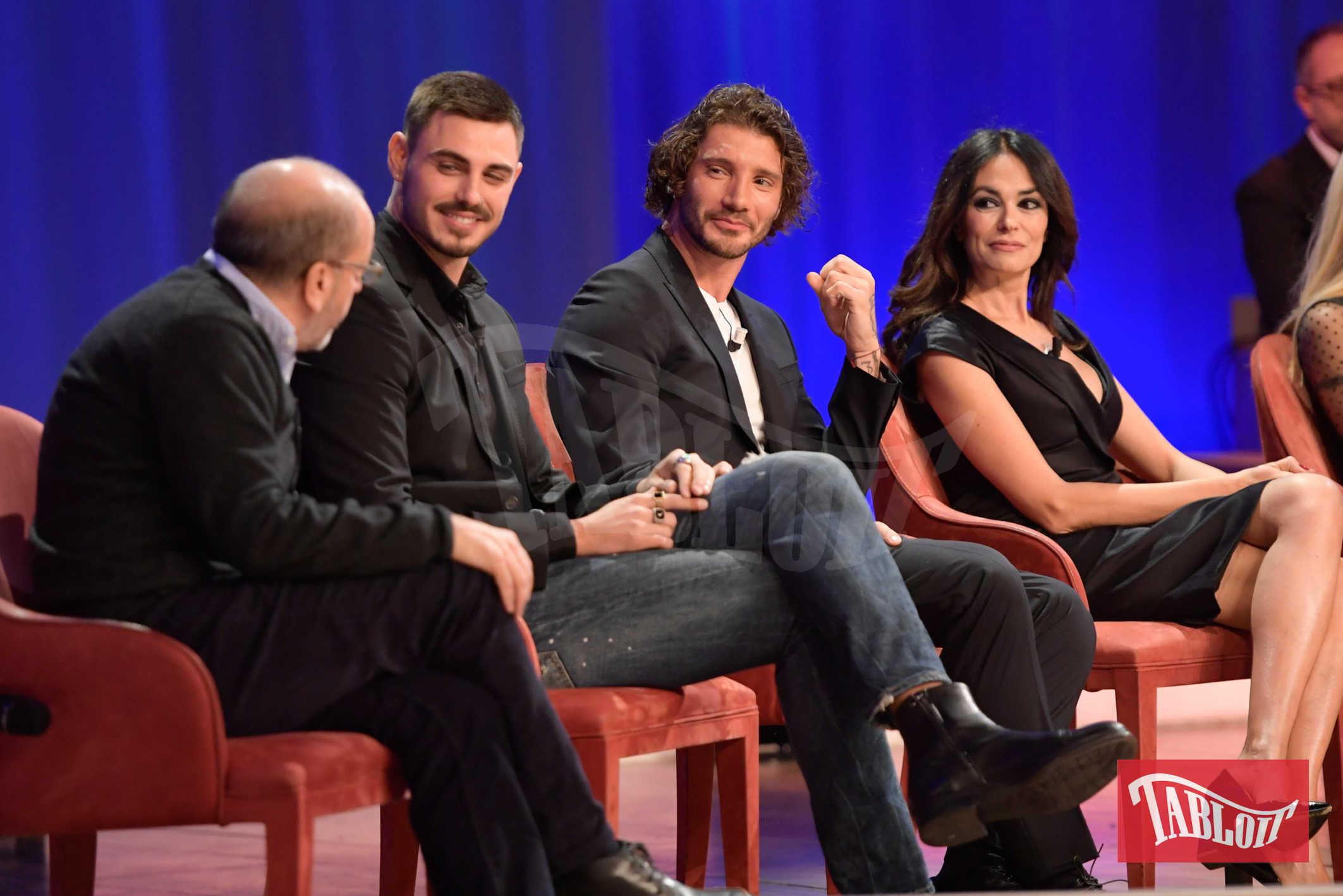 Tra gli ospiti del talk show anche Maria Grazia Cucinotta, Stefano De Martino, Michelle Hunziker e Corinne Clery