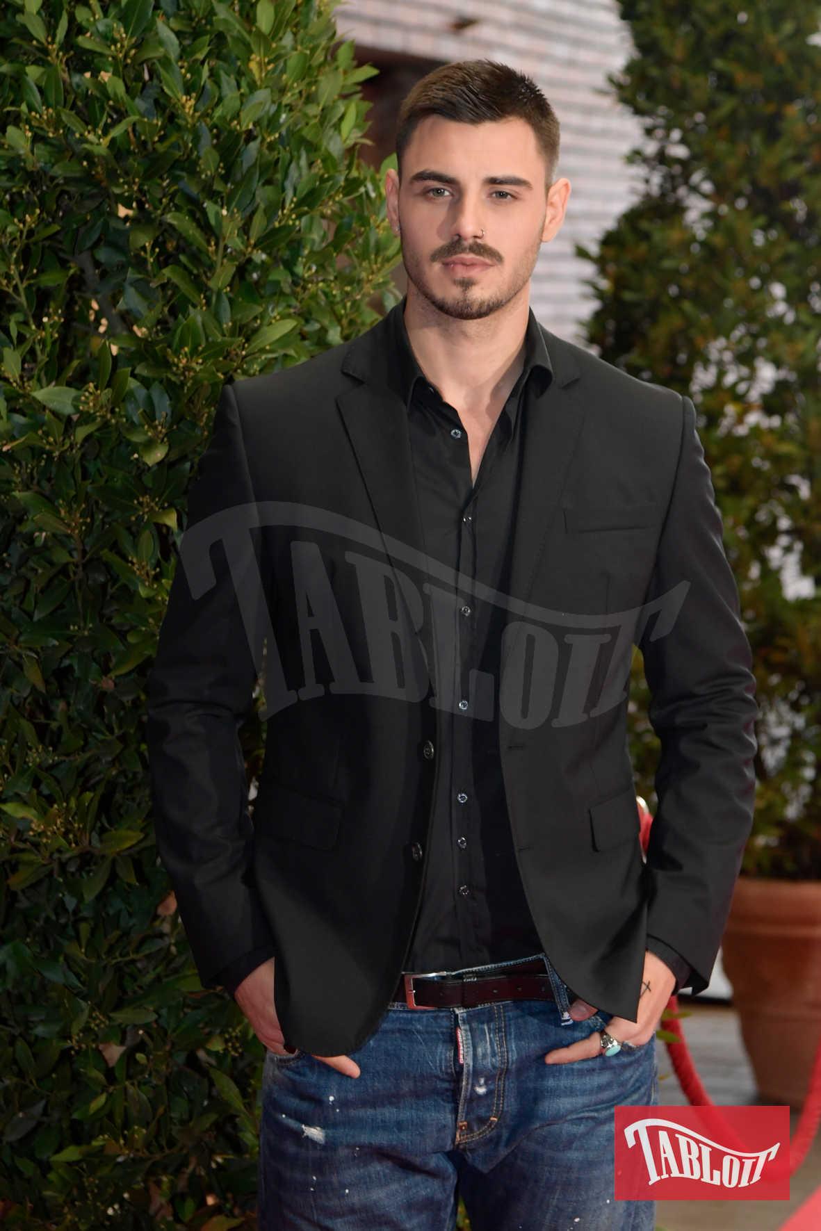 Francesco Monte al Maurizio Costanzo Show. L'ex tronista sfoggia un nuovo cortissimo taglio di capelli