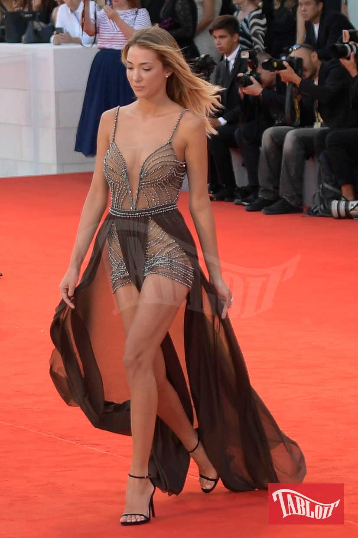 Alice Campello sul red carpet della Mostra del Cinema di Venezia, lo scorso settembre. L'abito, molto audace, è firmato Dimitrius Dalia
