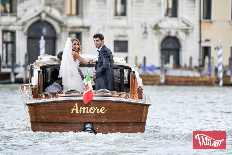 I cori hanno accompagnato gli sposi a bordo del motoscafo «Amore», lo stesso che due anni fa accolse George Clooney e Amal Alamuddin durante le loro nozze veneziane