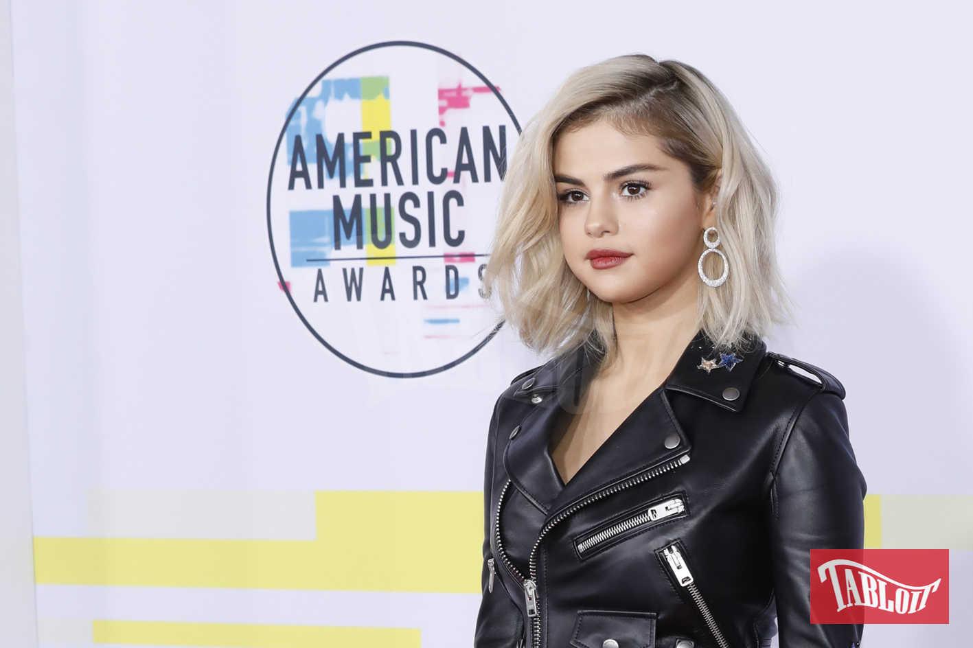 """Si chiama """"Nirvana blonde"""" il nuovo colore di capelli di Selena Gomez: a chiamarlo così l'hair stylist della cantante, Riawna Capri"""