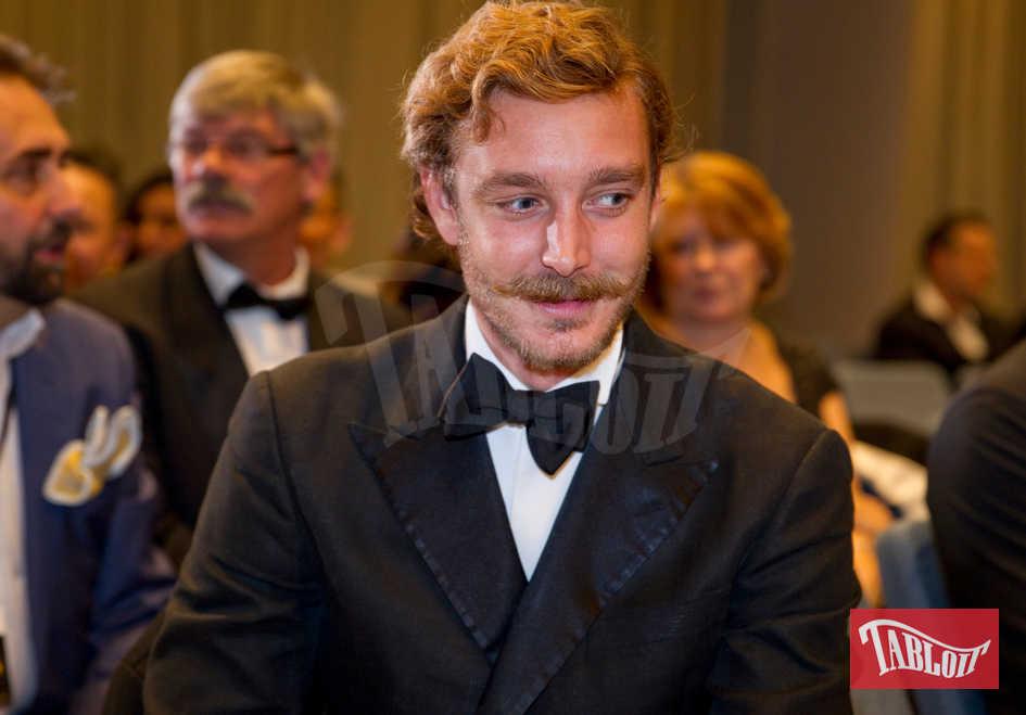 """Pierre Casiraghi a Monaco in occasione dei Golden Foot. Il principe sfoggia un look inedito: barba e baffi alla """"D'Artagnan"""""""
