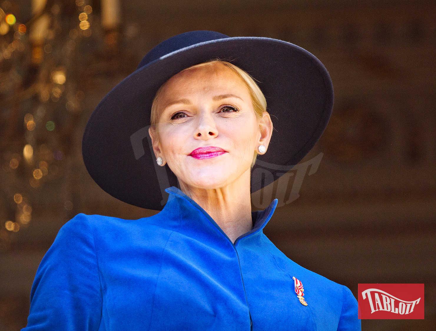 Domenica la famiglia reale si è riunita per celebrare Giornata Nazionale del Principato: elegantissima Charlene con cappottino blu elettrico e cappello scuro a tesa larga