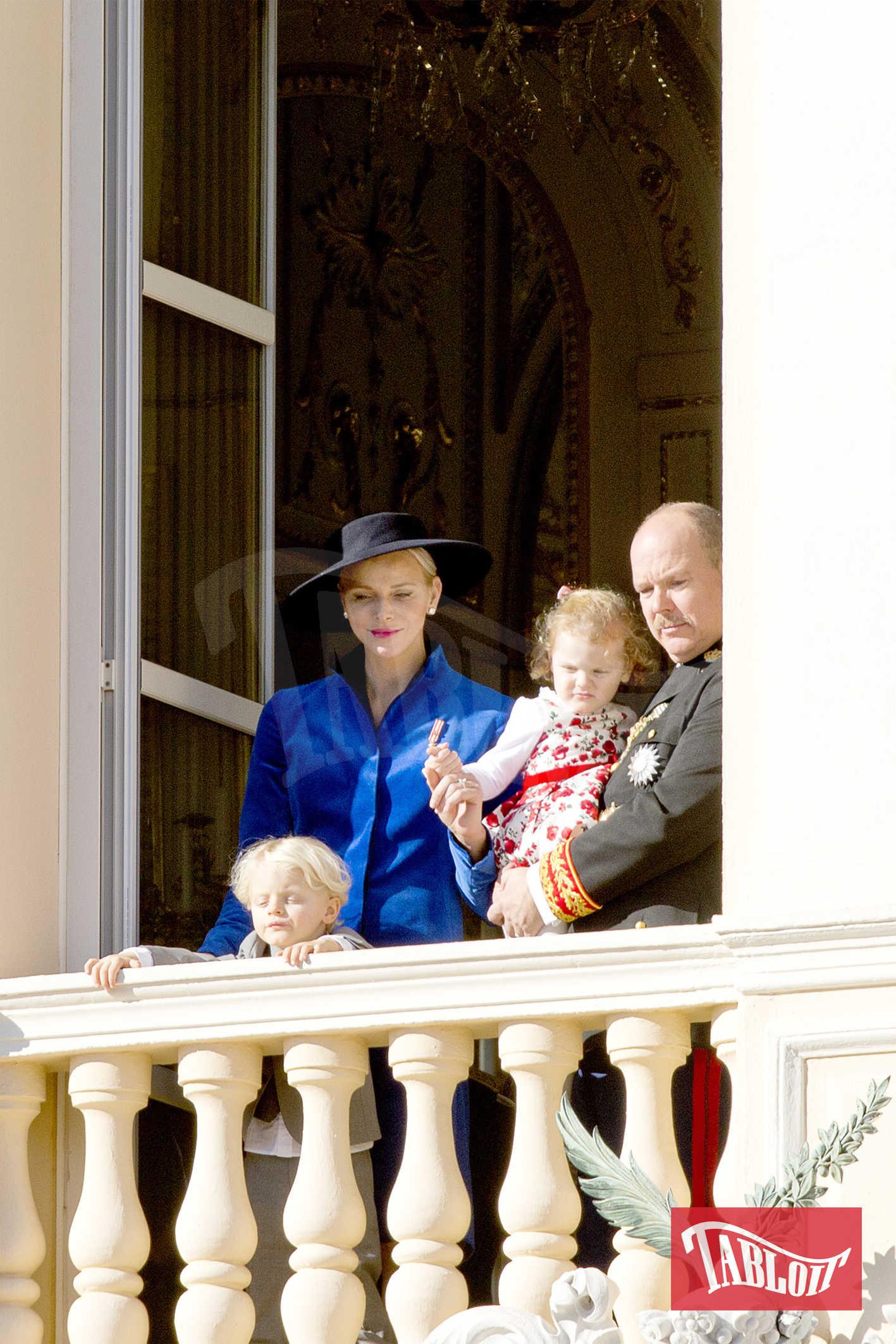 Charlene e Alberto con i figli, i gemellini Jacques e Gabriella. Il principe, come gli altri uomini della famiglia reale, ha deciso di sfoggiare dei baffetti stile D'Artagnan