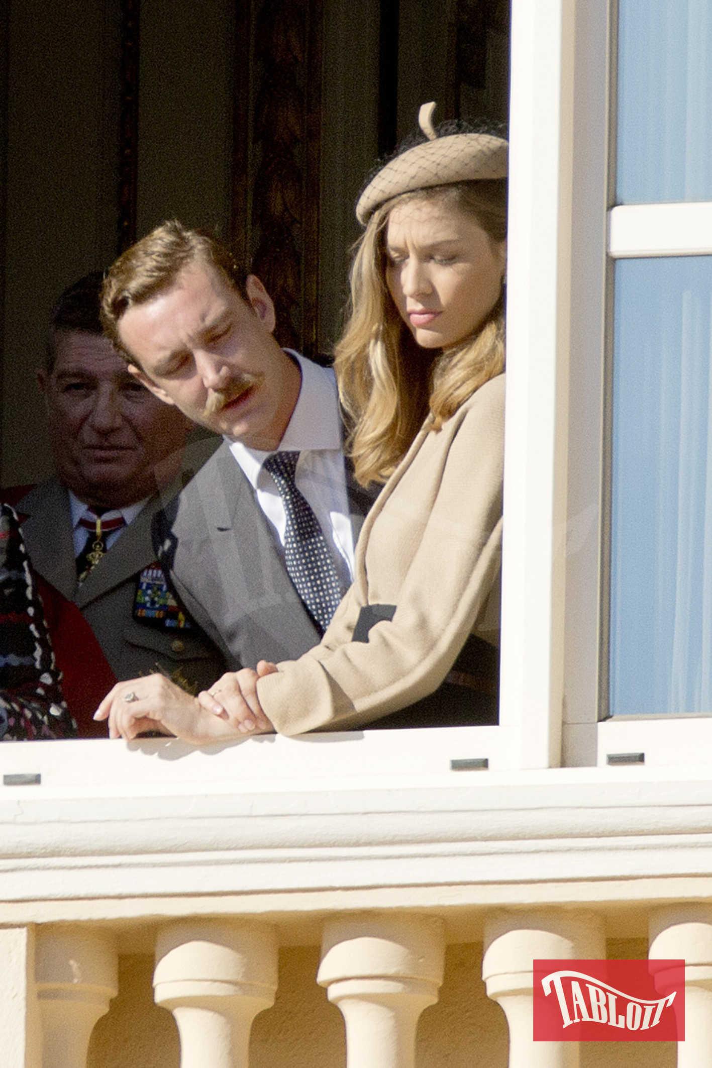 Pierre Casiraghi (con nuovi baffi da moschettiere) e la moglie Beatrice Borromeo, in beige. Mentre tutti salutano e sorridono, però, la coppia non nasconde due musi serissimi...