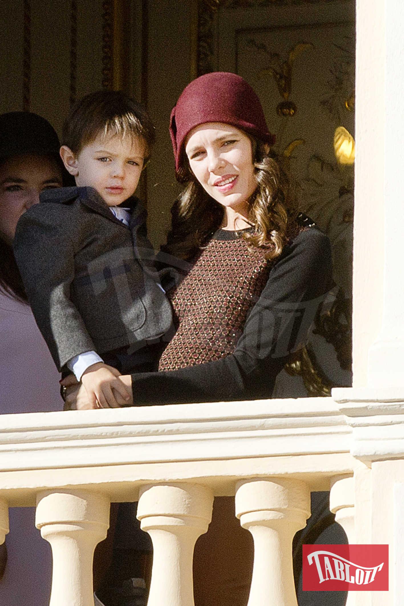 Charlotte Casiraghi ha partecipato alla Giornata Nazionale del Principato senza il fidanzato Dimitri Rassam (che presto diventerà suo marito). Con lei c'era il figlio Raphael, nato dalla relazione tra la monegasca e l'attore comico francese Gad Elmaleh