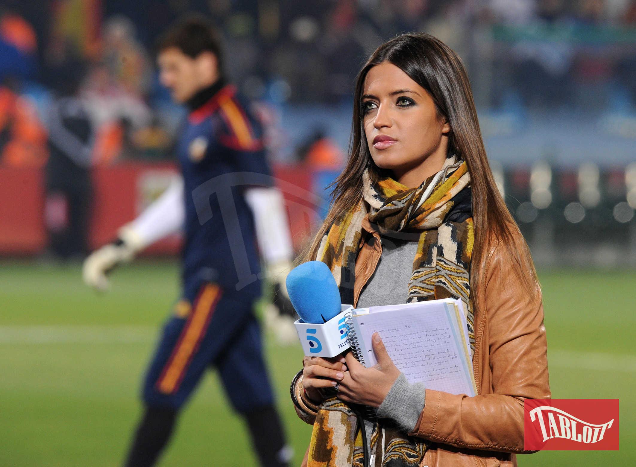 La giornalista Sara Carbonero sui campi dello stadio a Pretoria nel 2010 durante la Fifa World Cup. Sullo sfondo il fidanzato, ora marito, il portiere Iker Casillas