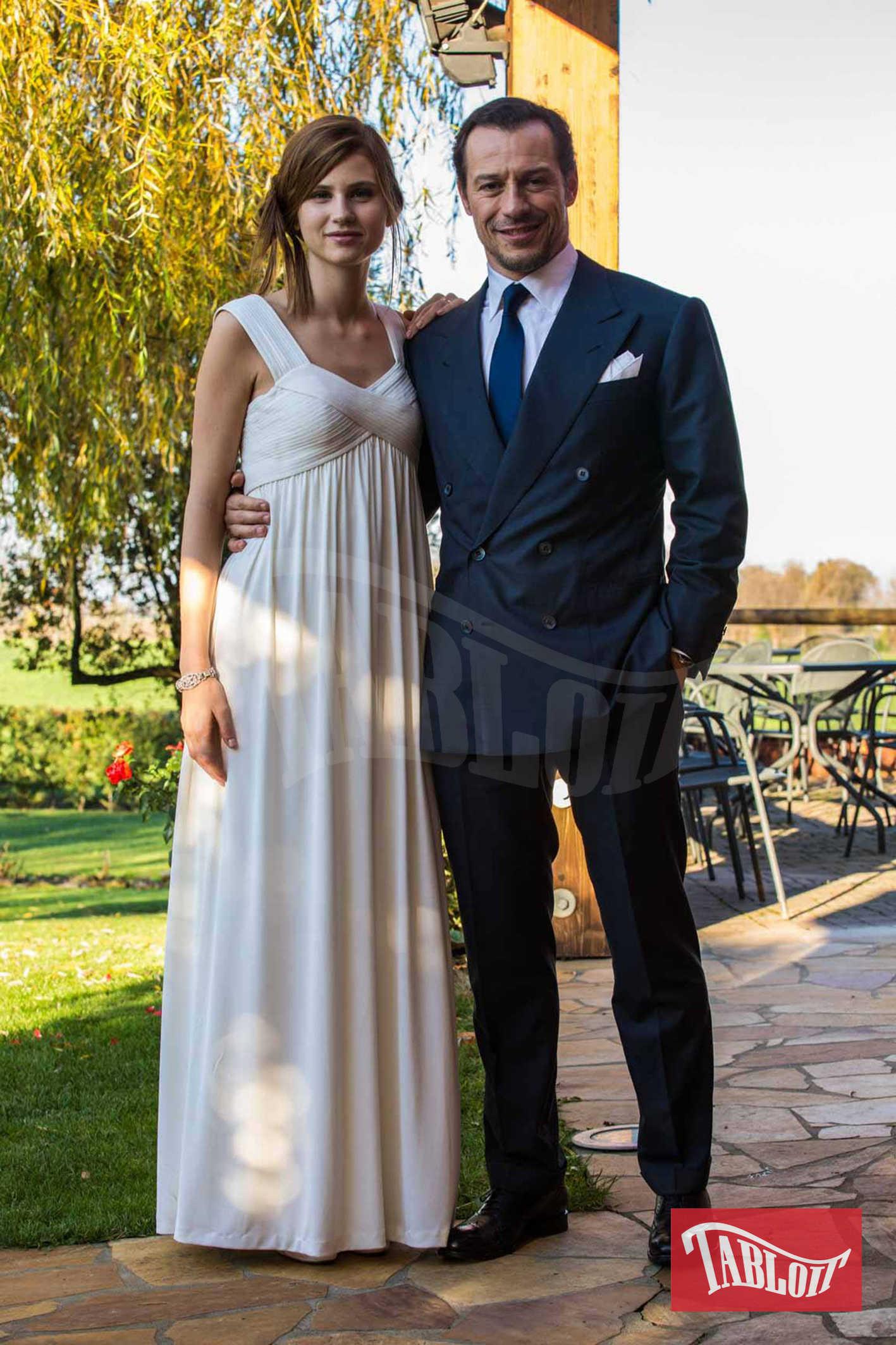 """Stefano Accorsi e Bianca Vitali il giorno del loro matrimonio, il 23 novembre 2015. L'attore e la modella (tra di loro ci sono 20 anni di differenza) si sono conosciuti e innamorati sul set della serie tv """"1992″"""