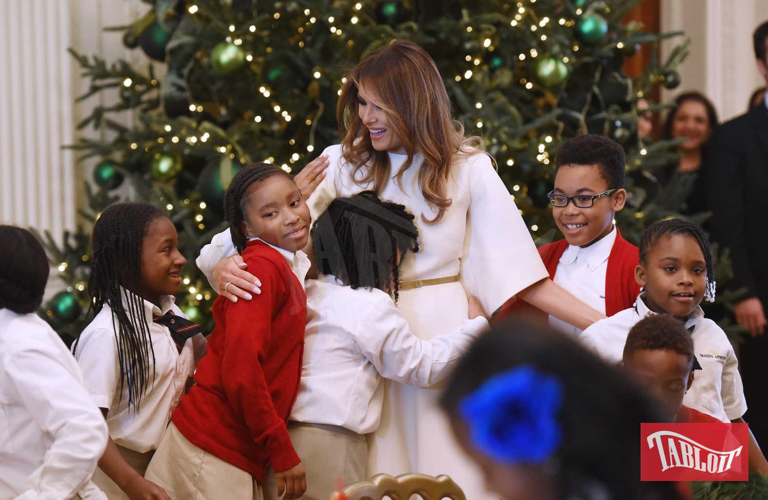 """""""Il presidente, Barron e io siamo molto emozionati per il nostro primo Natale alla Casa Bianca - ha dichiarato Melania - ma come per molte famiglie in tutto il Paese le tradizioni sono molto importanti per noi. Spero che visitando la casa del popolo quest'anno i visitatori avranno la sensazione di essere a casa per le vacanze"""""""