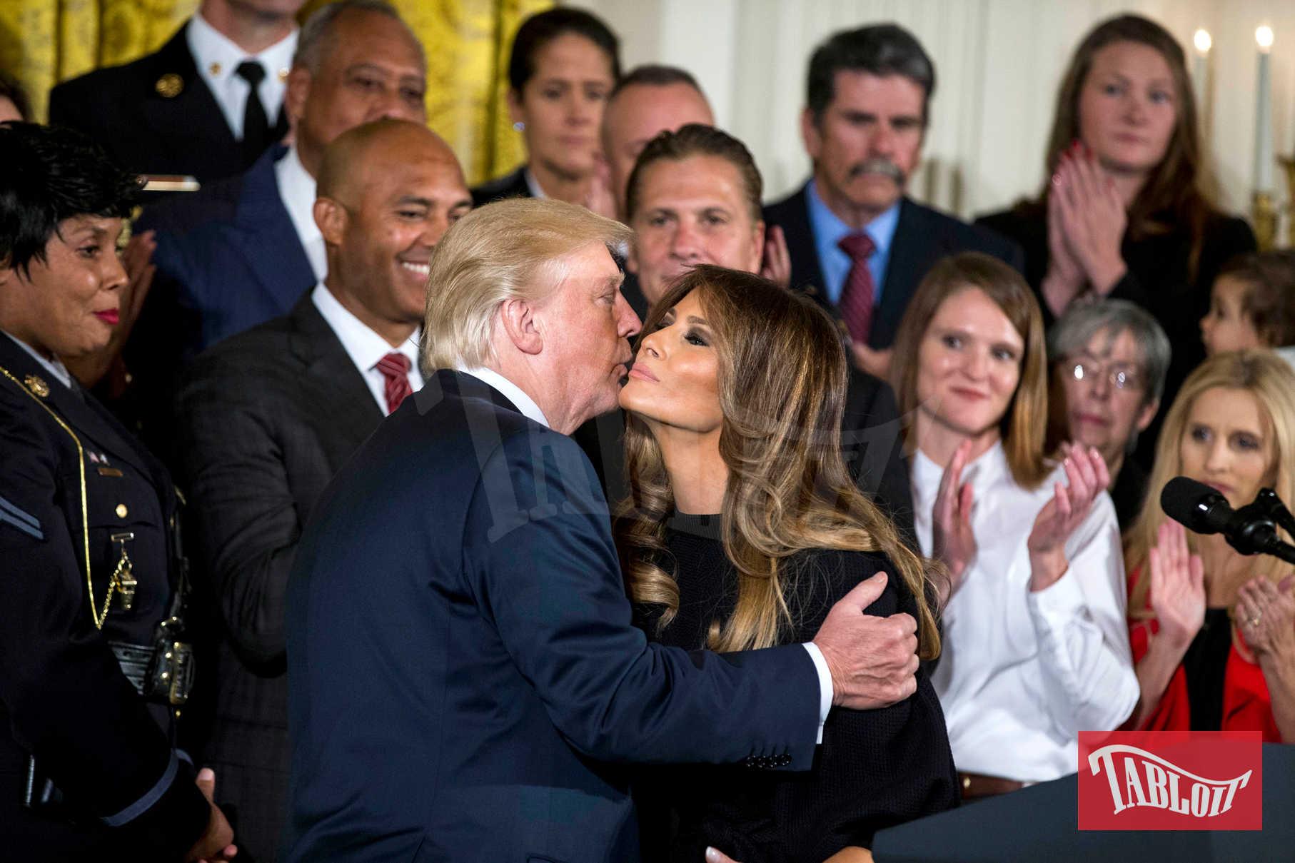 Da quando si sono insediati alla Casa Bianca, Donald e Melania Trump non hanno dato l'impressione di essere una coppia molto affiatata. Sorrisi tirati, baci sfuggenti e solo a favore di camera. Atteggiamenti ben diversi da quelli affettuosi di Barack Obama e Michelle
