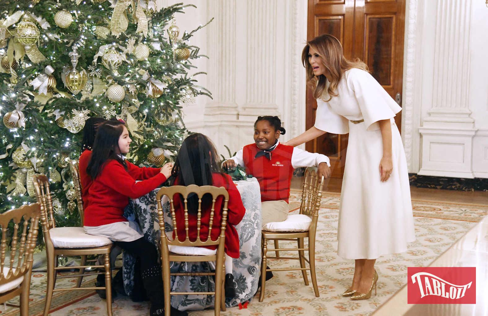 Il grande abete è stato sistemato nella Sala Blu, ma in tutta la Casa Bianca si possono trovare alberi con lo stemma degli Stati Uniti