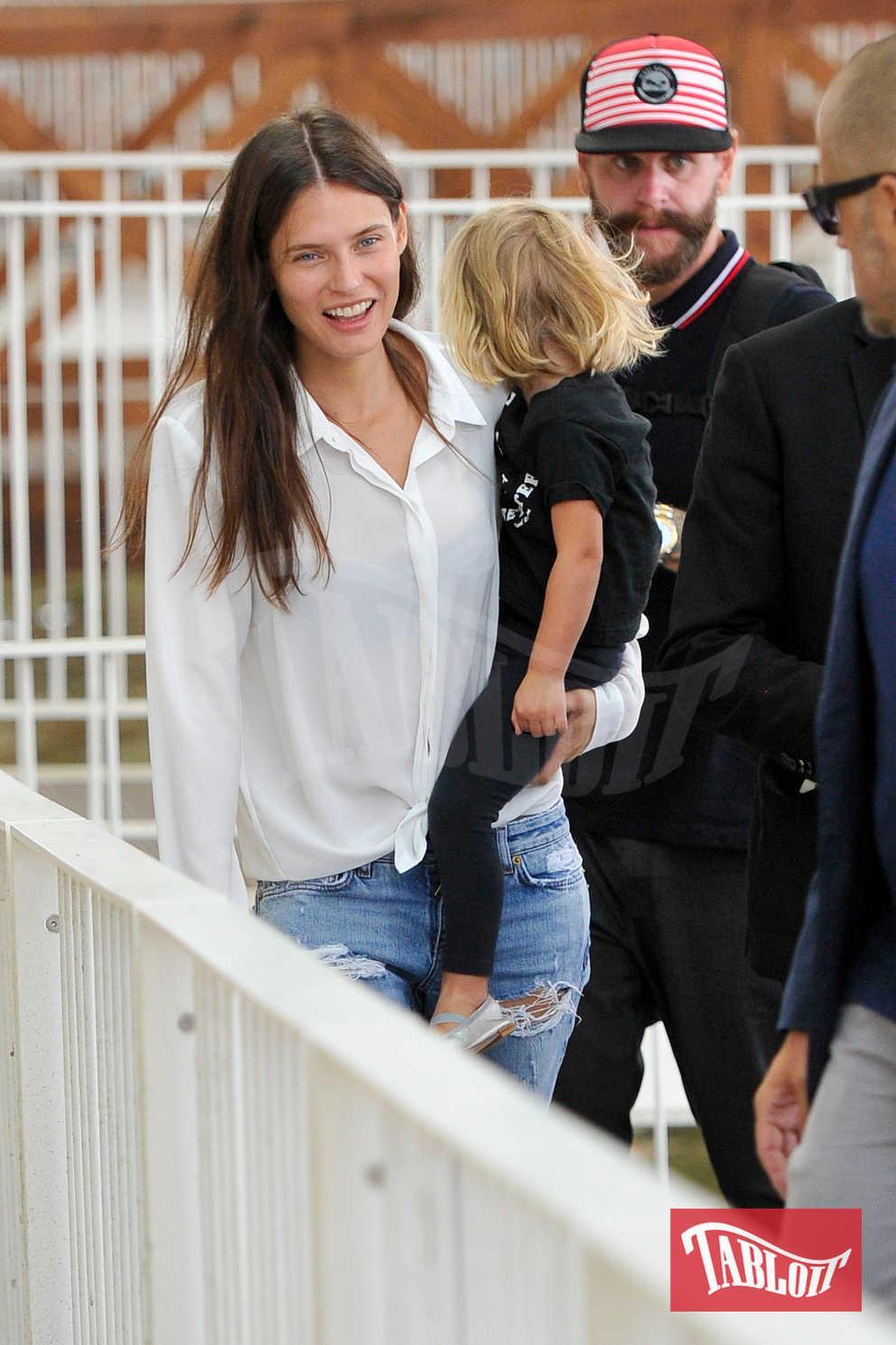 Bianca Balti insieme al marito Matthew McRae e la piccola Mia mentre lasciano Venezia, dopo la partecipazione della modella alla Mostra del Cinema