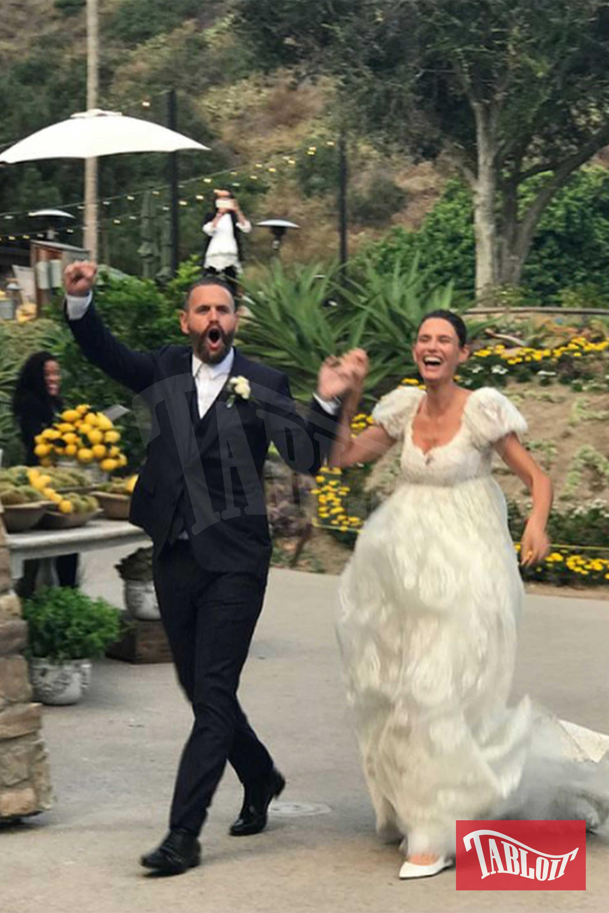 Bianca Balti e il marito Matthew McRae nel giorno del loro matrimonio. La coppia si è sposata in un ranch in California. Le due figlie della modella, Matilde e Mia, hanno fatto da damigelle. A firmare gli abiti degli sposi ci hanno pensato Dolce&Gabbana