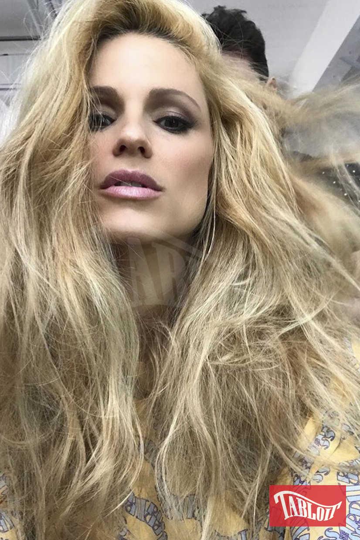 Michelle Hunziker durante una messa in piega del suo hair stylist. Il prossimo 4 dicembre sarà al timone di Striscia la notizia e potrebbe esserci una novità sul suo look.