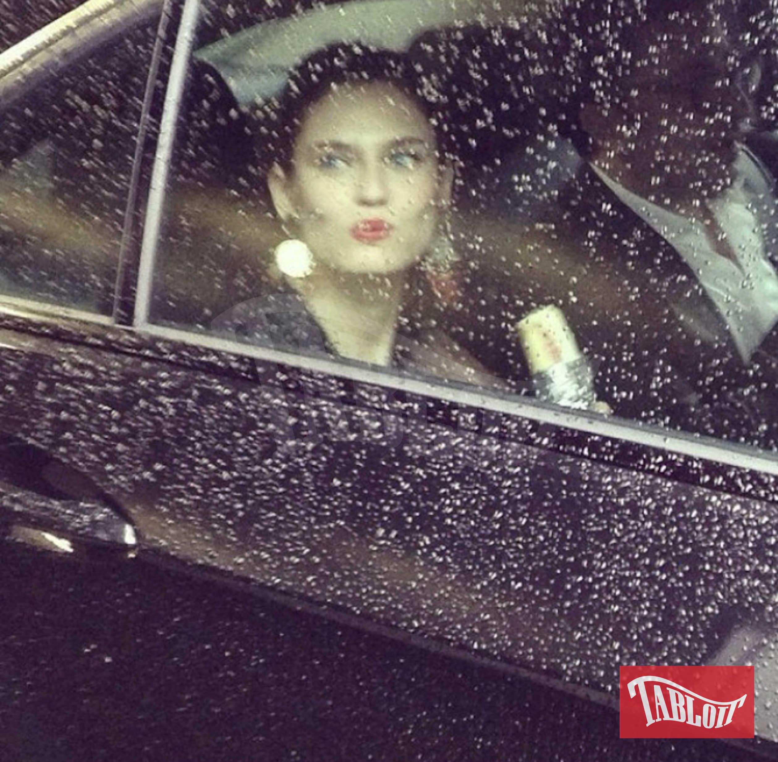 Bianca Balti in auto. Se dovesse vedere un gatto nero sarebbe capace di fermarsi.