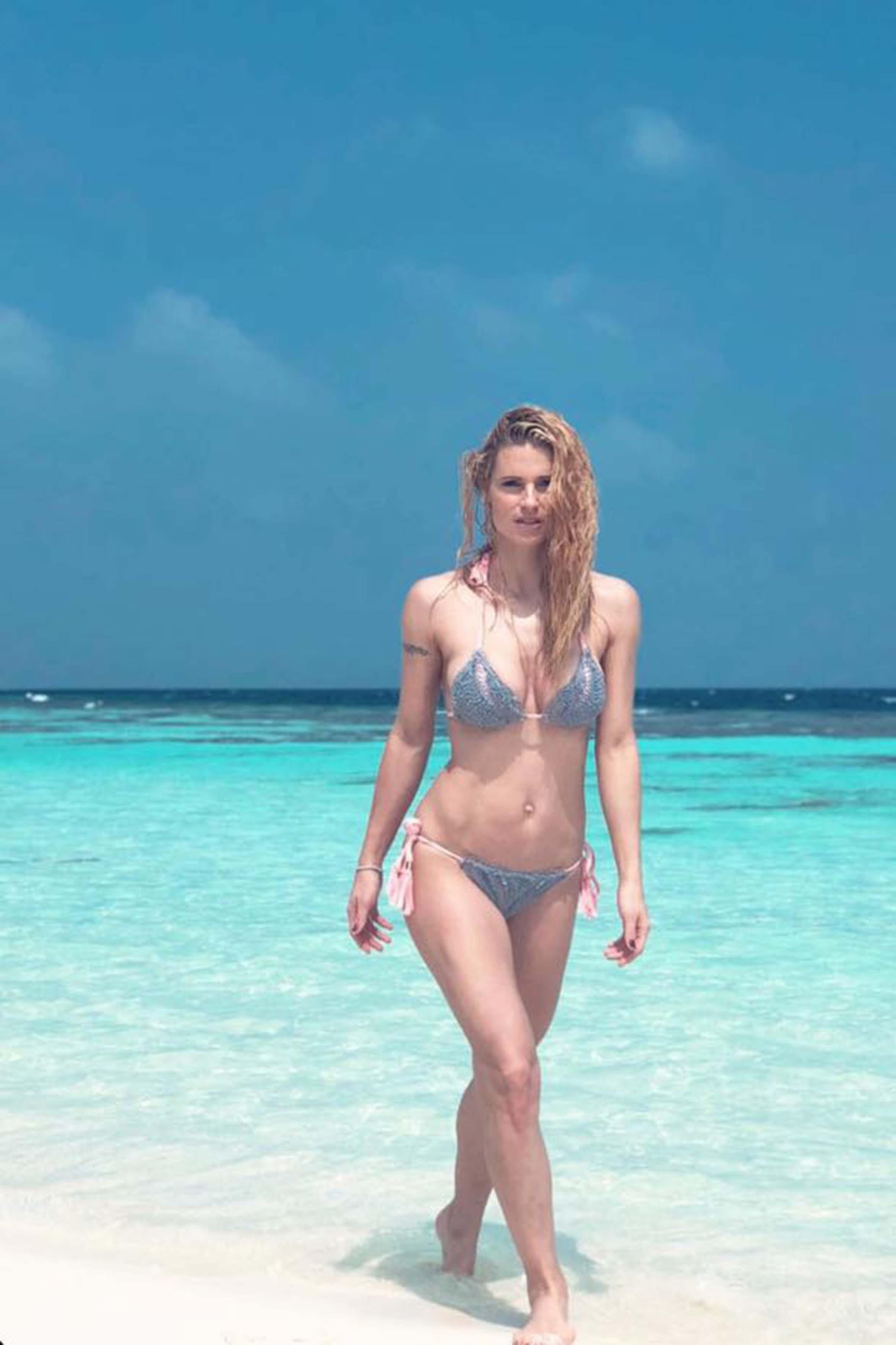 """Michelle Hunziker posa per uno scatto molto sensuale sulla sabbia cristallina delle Maldive. La conduttrice e il marito Tomaso stanno provando ad avere un altro figlio. """"Sole desidera tanto un fratellino per Natale e io ho spiegato che non è una cosa così veloce, ci vuole tempo"""" ha rivelato Mich in un'intervista"""