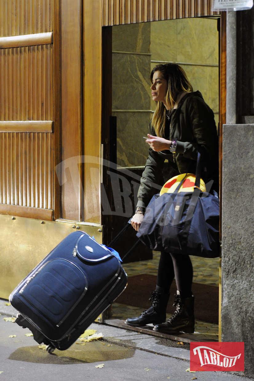 Nella borsa di Aida spunta un cuscino con gli occhi a cuore. Regalo di Geppy o di un fan?