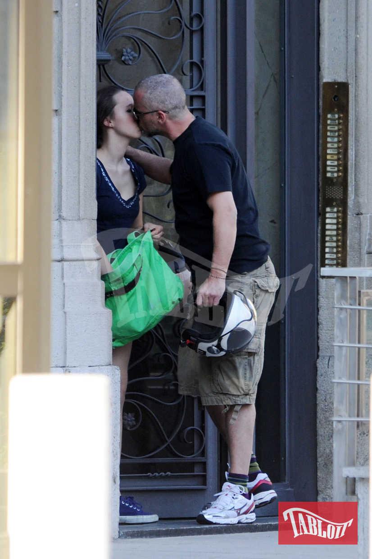 Foto del 2011: Eros Ramazzotti e la figlia Aurora si scambiano un bacio affettuoso sulle labbra