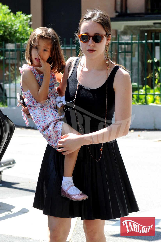 Aurora Ramazzotti tiene in braccio la sorella Raffaella Maria