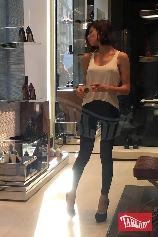 Bianca Atzei durante un sensualissimo pomeriggio di shopping, qualche anno fa
