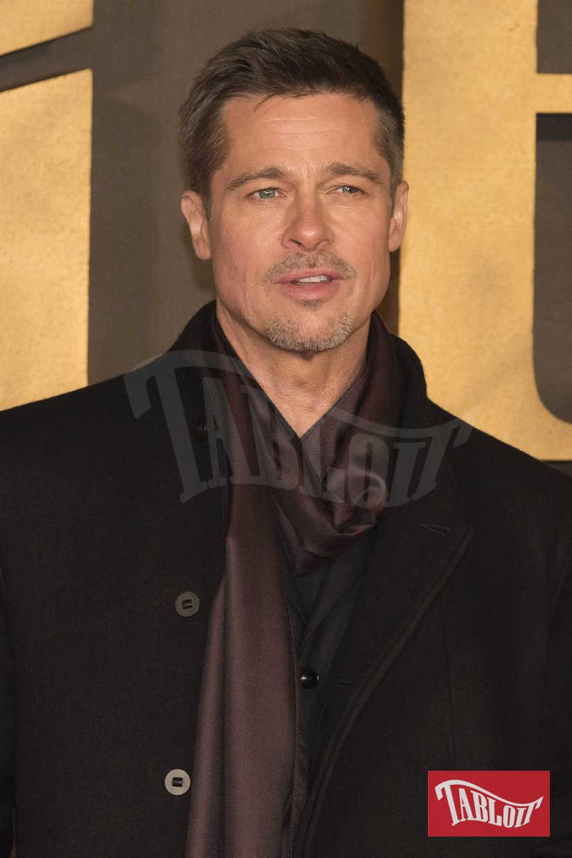 """Brad Pitt alla premiere di """"Allied"""" a Londra, nel novembre 2016. L'attore, dopo il divorzio da Angelina Jolie, ha ammesso di essere alcolizzato. """"Da quando sono uscito dal college non c'è stato giorno che non sia stato dipendente dall'alcool e che non mi sia fatto almeno qualche spinello"""""""