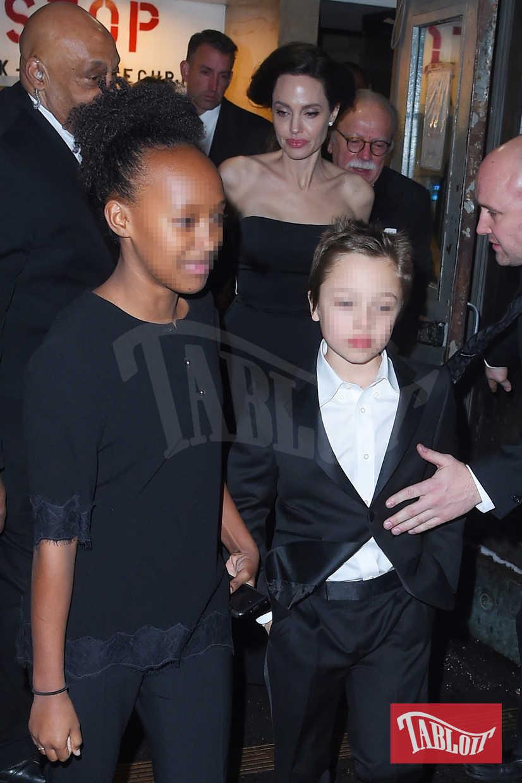 Alla premiere c'erano anche i figli di Angelina Jolie: in questa foto vediamo Zahara, in nero come la mamma, e Knox