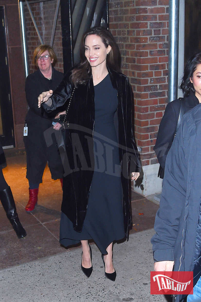 "Angelina Jolie alla premiere del film prodotto da Netflix ""First they Killed my Father"" a New York. L'attrice è ormai abbonata al total black: il suo stile è sempre minimal e si affida principalmente ai toni scuri"