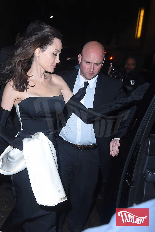 Secondo cambio della premiere per Angelina che sceglie questa volta un abito molto sensuale stile Jessica Rabbit ma rimane fedele ai suoi soliti colori, il bianco e il nero