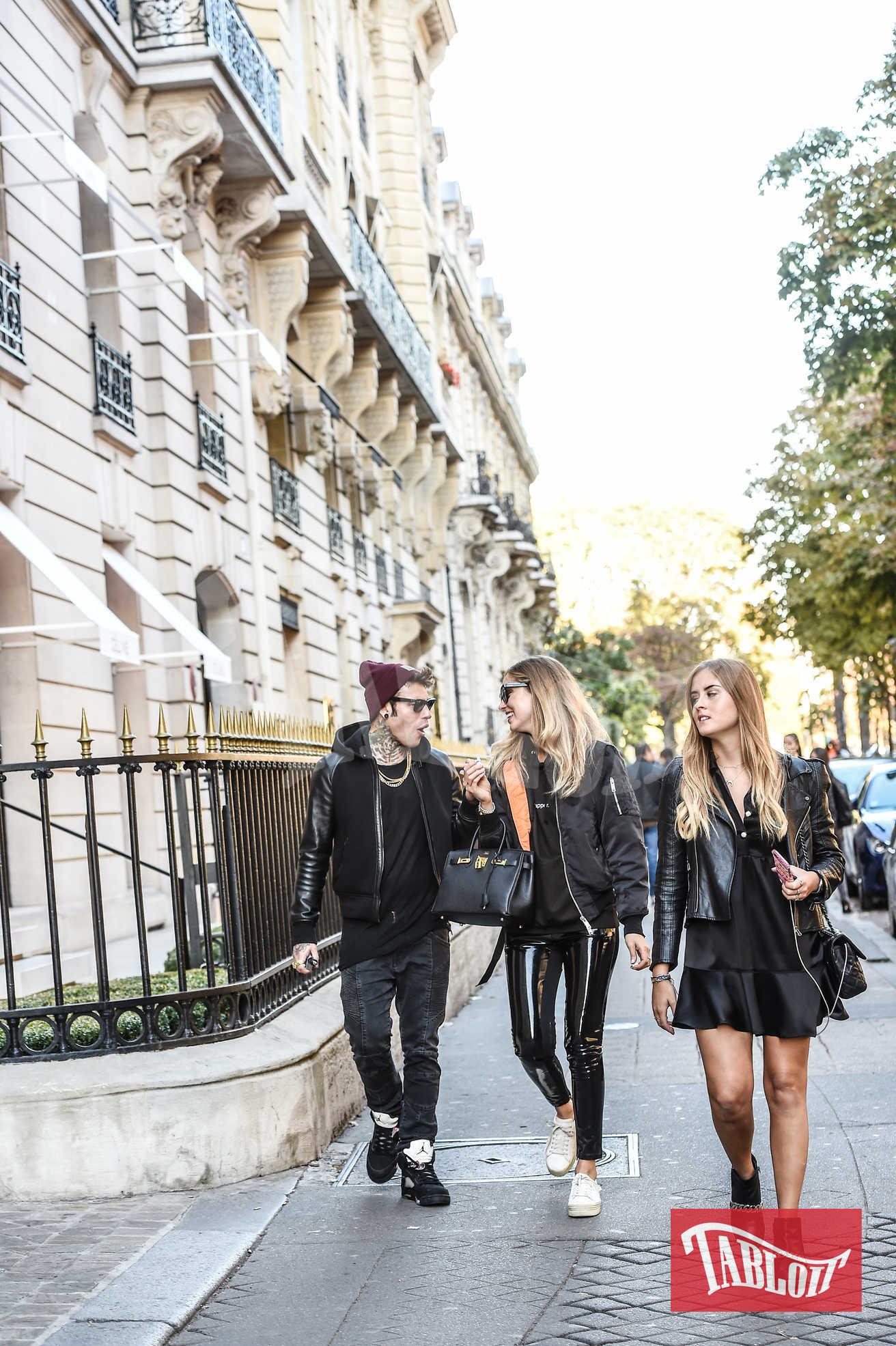 Chiara Ferragni alla settimana della moda di Parigi nell'ottobre 2016, insieme a Fedez e alla sorella Valentina