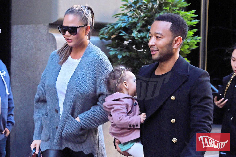 Chrissy Teigen e il marito John Legend paparazzati a New York insieme alla figlia Luna. La top model indossa una t-shirt bianca e un cardigan grigio che copre le forme della seconda gravidanza