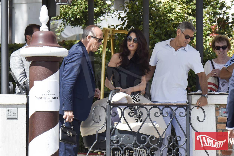 George Clooney e Amal paparazzati mentre lasciano l'Hotel Cipriani di Venezia lo scorso settembre. Con loro ci sono anche i gemellini Ella e Alexander, nati lo scorso giugno