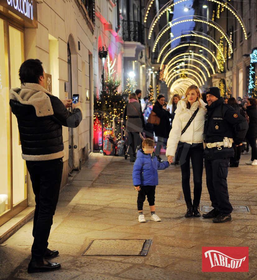 Un poliziotto chiede a Matteo di fargli una foto ricordo con Eva