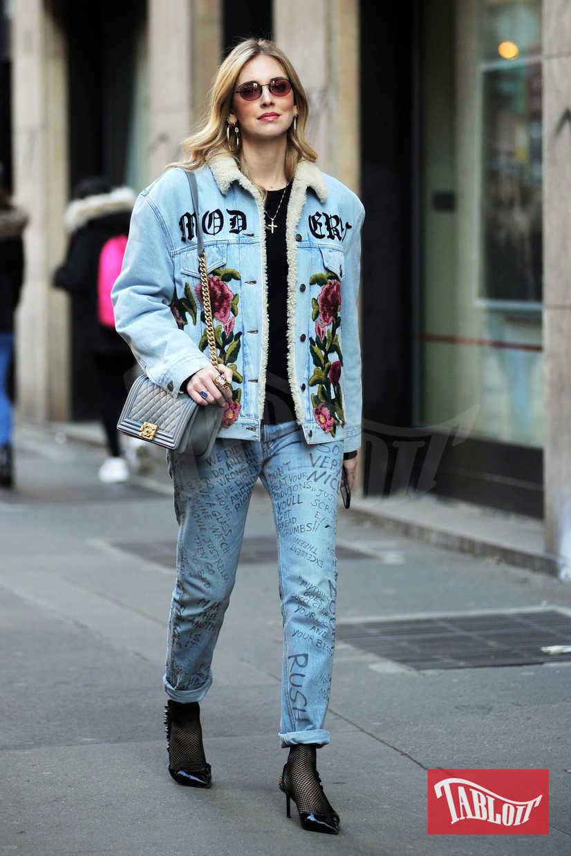 Look total denim per Chiara Ferragni che ha abbinato ai jeans di Fedez una giacca con pelo, sempre in denim. Completano l'outfit delle décolleté nere e una tracolla Chanel