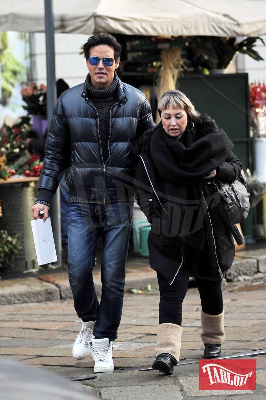 """Piumino, jeans e occhiali a specchio: Gabriel Garko passeggia per le vie più """"in"""" di Milano in compagnia di un'amica"""