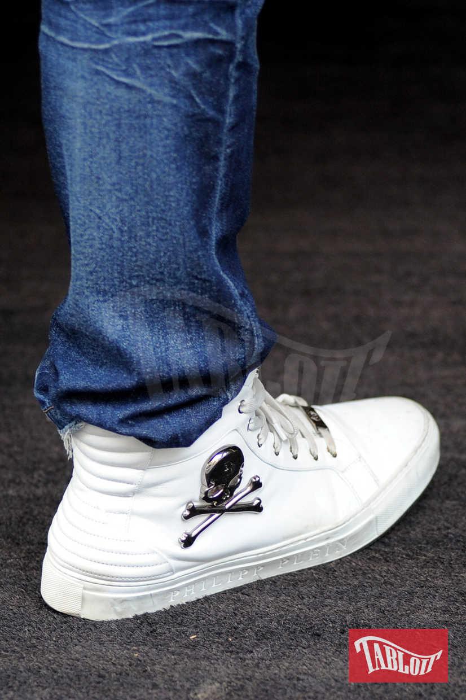 Il dettaglio dell'outfit di Gabriel: scarpe bianche con teschio firmate Philipp Plein