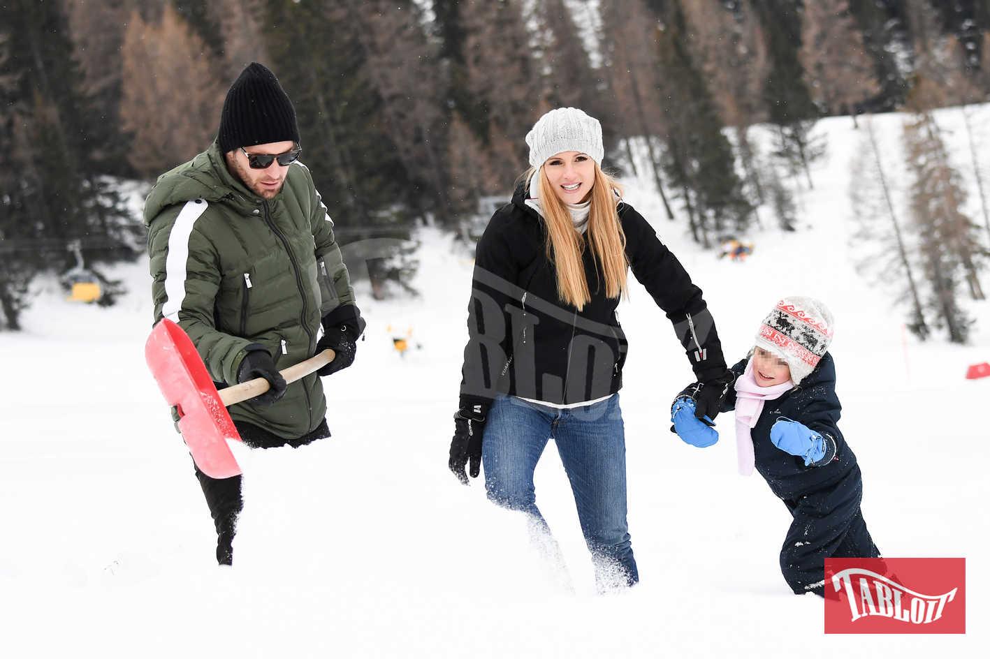 Michelle e Tomaso giocano a spalare la neve con Sole (4 anni)