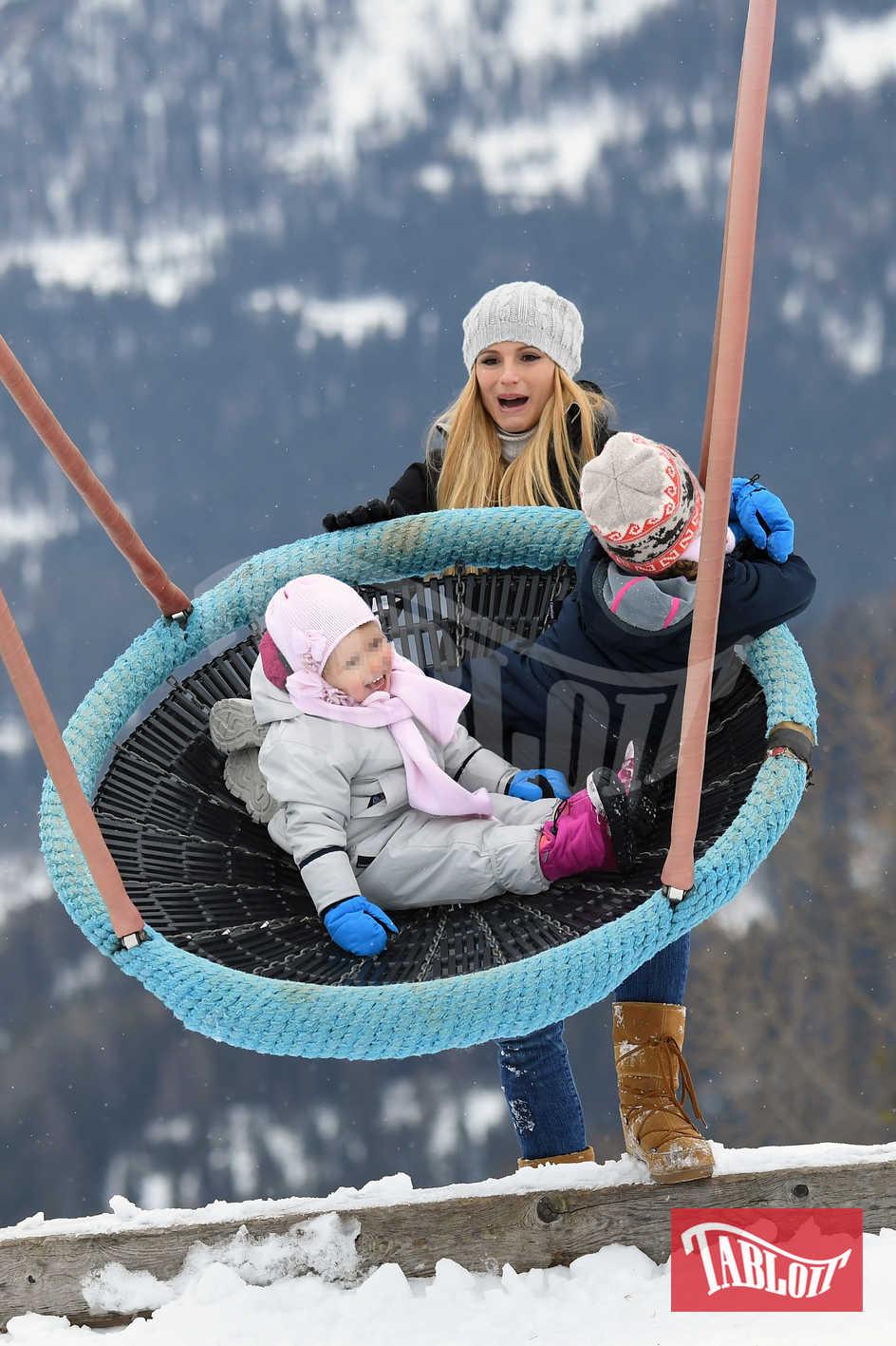 Un'altalena gigante per far giocare le bimbe: Michelle spinge le figlie che sembrano proprio divertirsi un mondo
