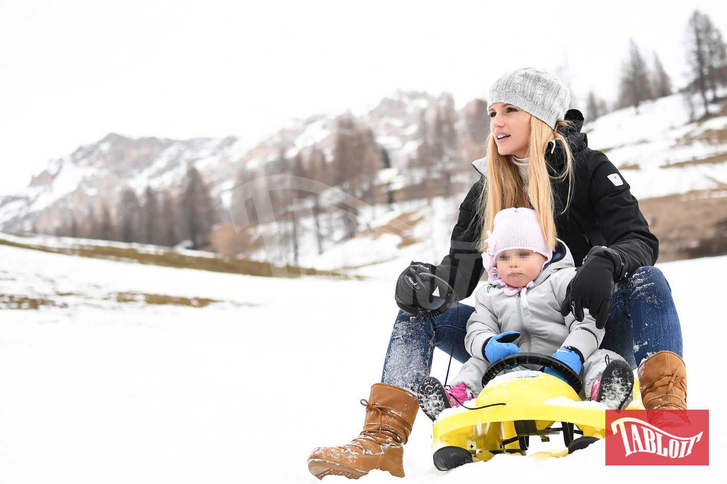 Michelle Hunziker insieme alla figlia Celeste sullo slittino