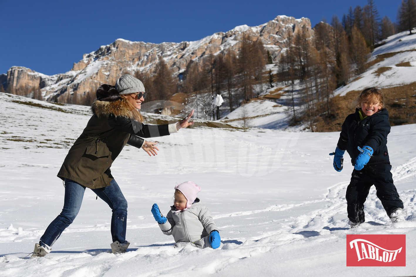 Michelle e le figlie si divertono a lanciarsi le palle di neve. Sole e Celeste indossano delle tute da sci con scarponi e guanti mentre Michelle ha preferito un parka abbinato ai jeans