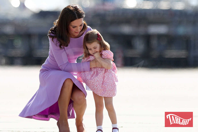 Kate Middleton aiuta la piccola Charlotte a rialzarsi. La bimba è inciampata mentre si trovava in visita con la famiglia ad Amburgo, in Germania, lo scorso luglio