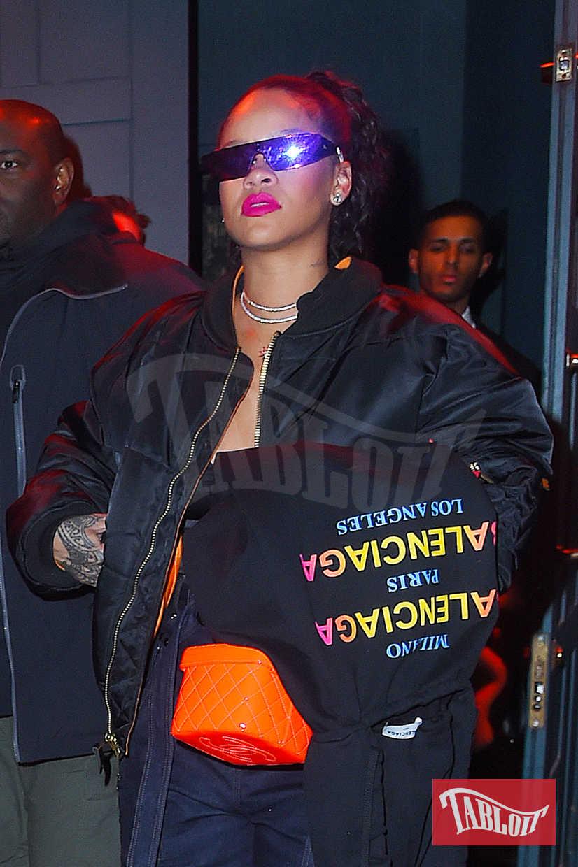 Rihanna nasconde la mano sinistra con una felpa di Balenciaga. La cantante potrebbe nascondere l'anello di fidanzamento regalatole dal compagno Hassan Jameel, 29enne uomo d'affari erede di una ricchissima famiglia saudita