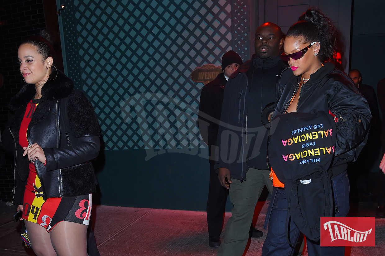 Rihanna e Dascha Polanco durante una serata all'Avenue Night club di New York. Per l'occasione la cantante ha indossato jeans a palazzo, bomber nero e occhiali futuristici. Dascha ha scelto invece un mini abito abbinato ad un giubbino in pelle nera e stivali con plateau