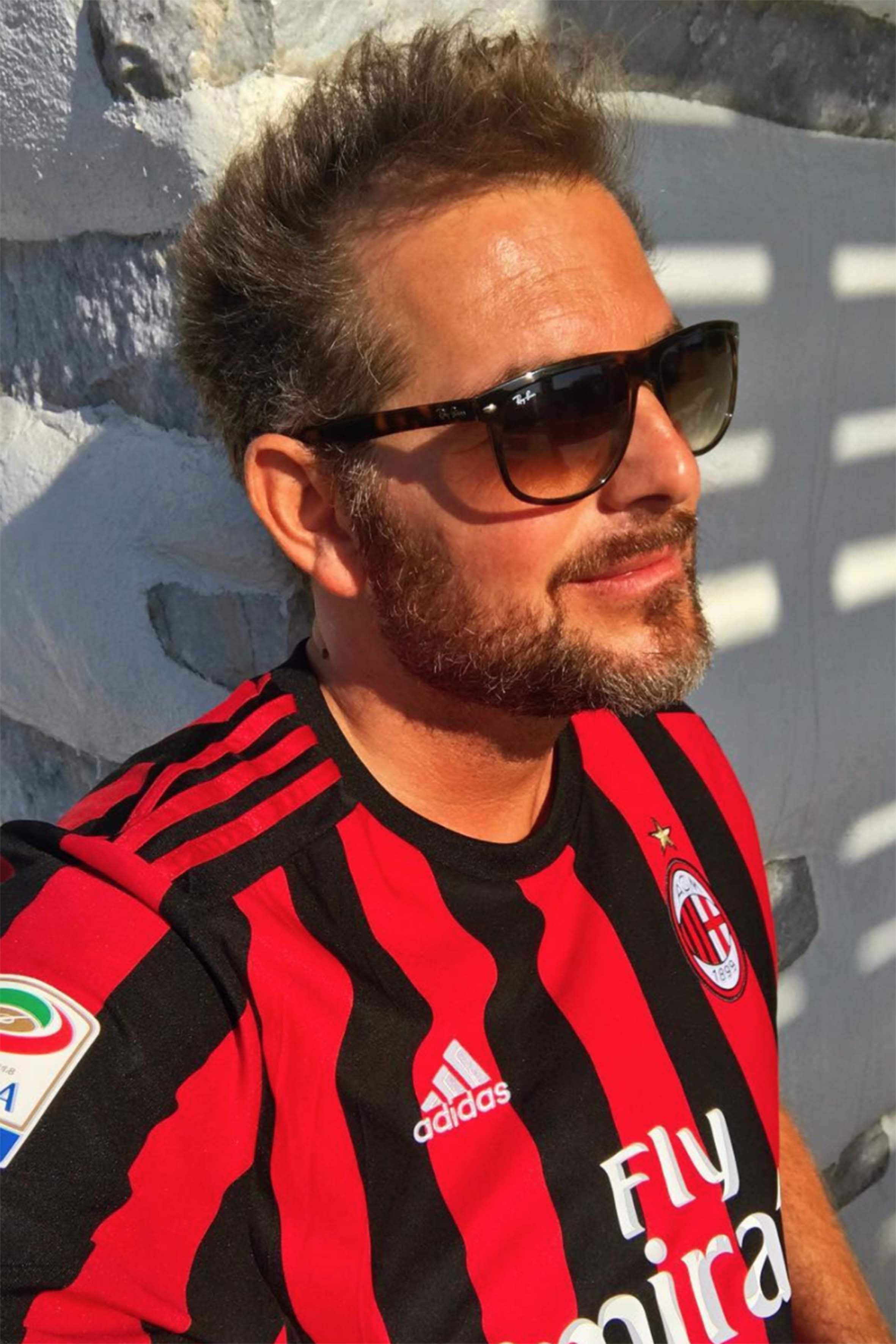 """Forse non tutti sanno che Daniele Bossari è un grande tifoso del Milan. """"Sono legato a questi colori fin da bambino, quando con mio padre andai allo stadio per la prima volta e riuscii a vivere la parabola vincente del club, quasi come la resurrezione di una fenice"""" ha raccontato alla Gazzetta dello sport"""