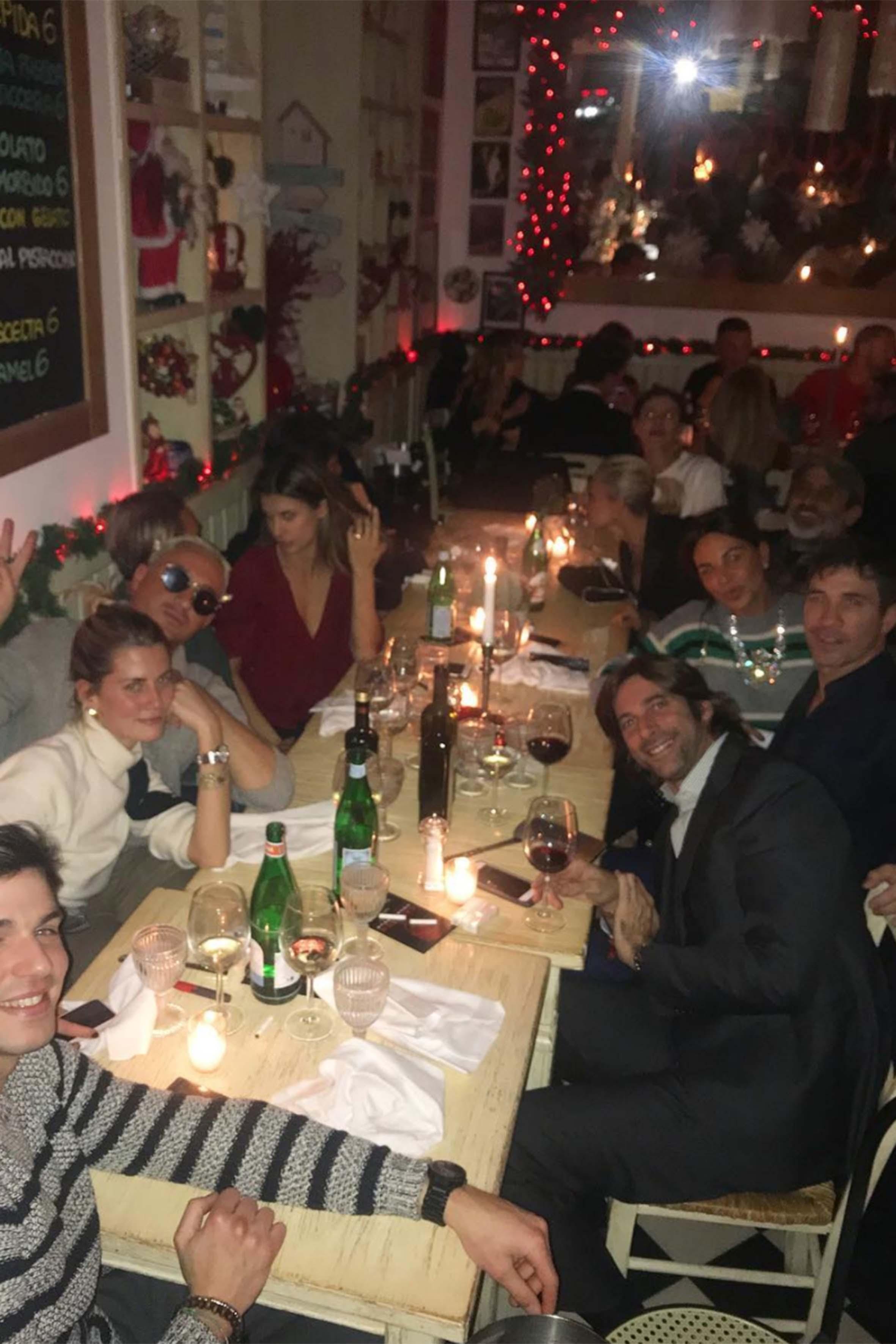 Questa foto postata ieri da alcuni dei presenti durante una cena al ristorante Petit di Milano, mostra Paola Barale e Raz Degan vicini. Sono seduti in fondo, sulla destra: Paola chiacchiera con qualcuno davanti a lei mentre Raz, al suo fianco, sorride all'obiettivo. Al centro della tavolata, uno di fronte all'altra, vediamo anche Elisabetta Canalis e il marito Brian Perri