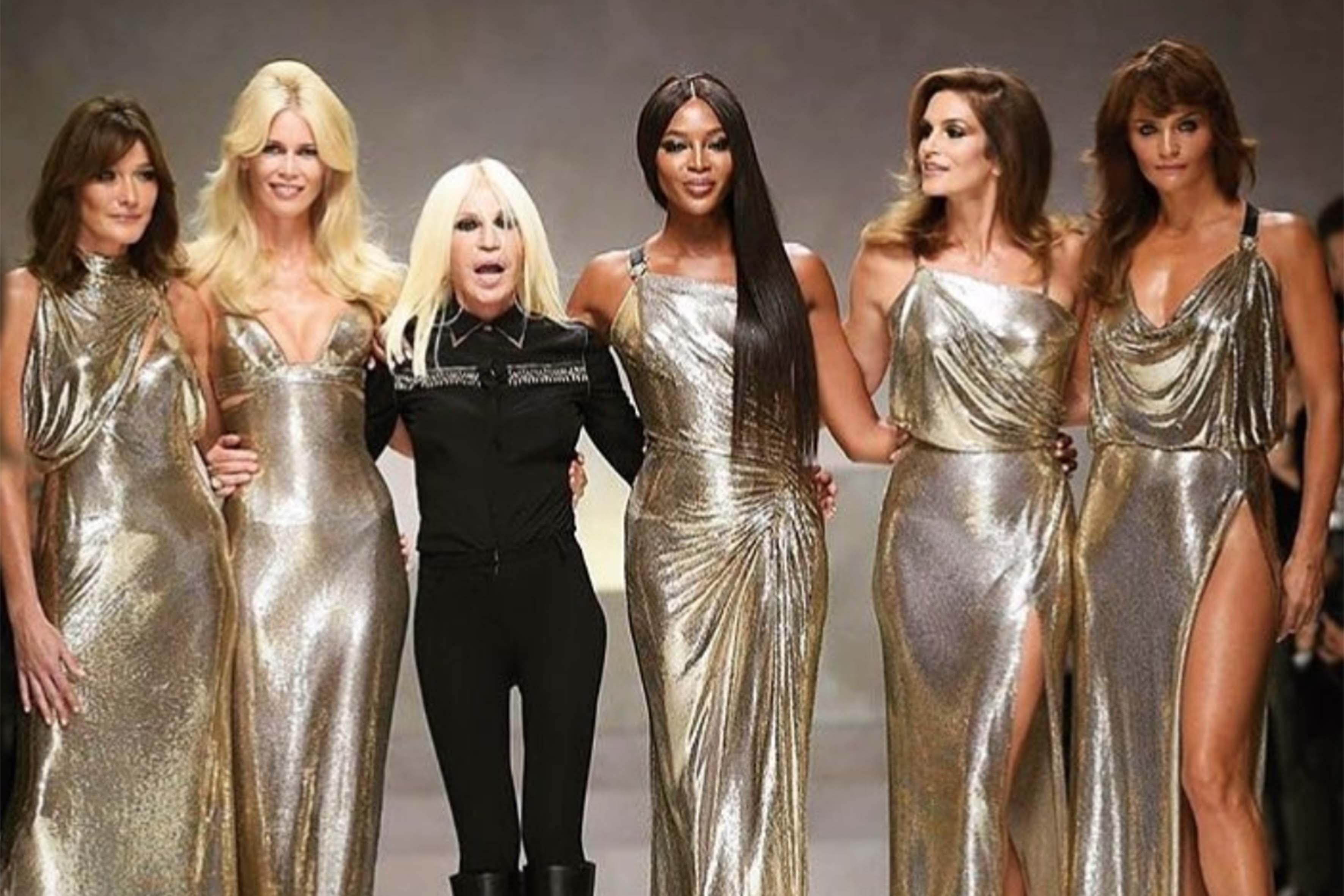 Donatella Versace a settembre ha celebrato il fratello Gianni, a 20 anni dalla morte, mandando in passerella le grandi top del passato: Claudia Schiffer, Naomi Campbell, Carla Bruni e Cindy Crawford