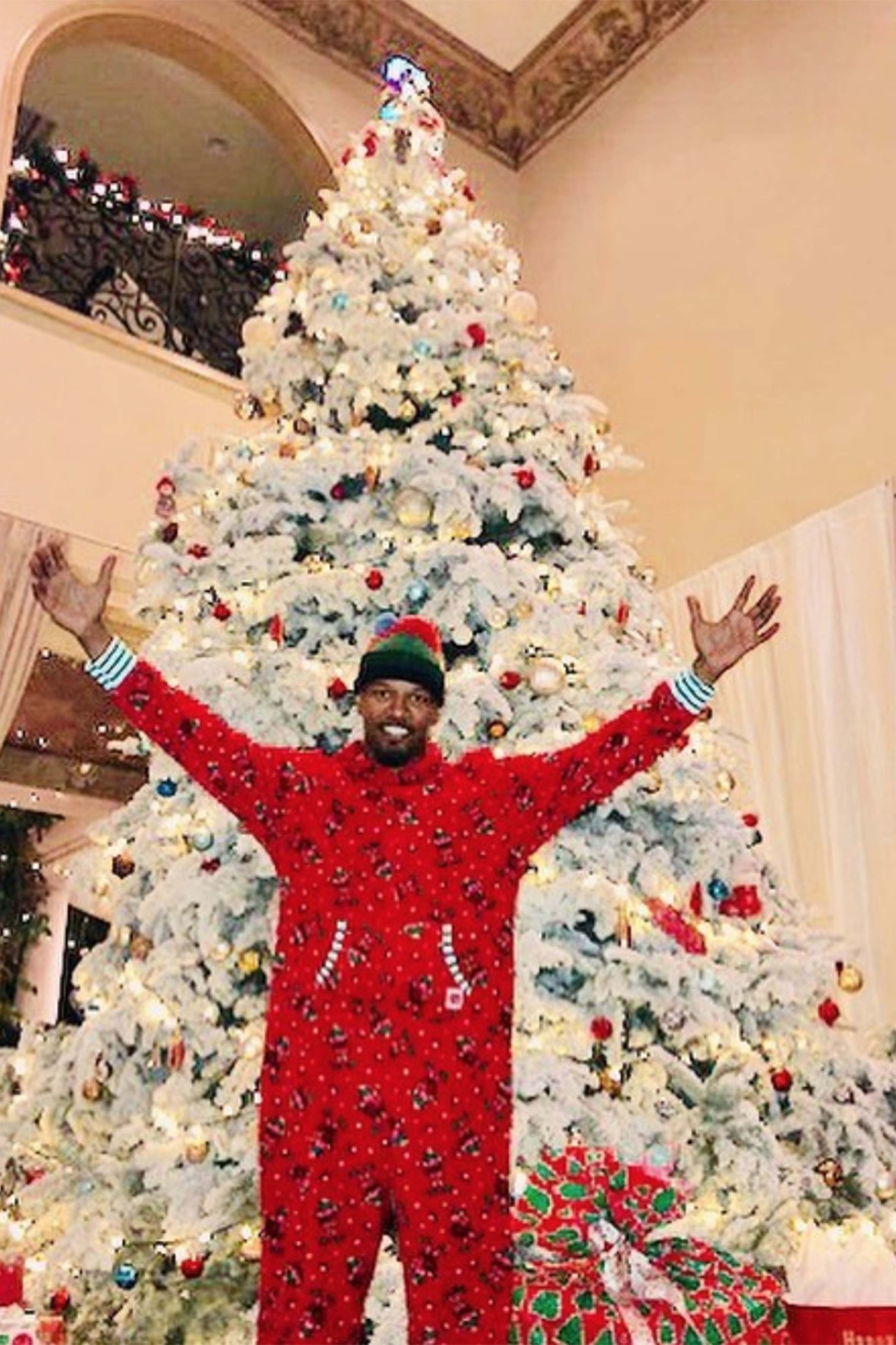 Anche gli uomini preferiscono il pigiama: ecco Jamie Foxx con il suo maxi tutone natalizio