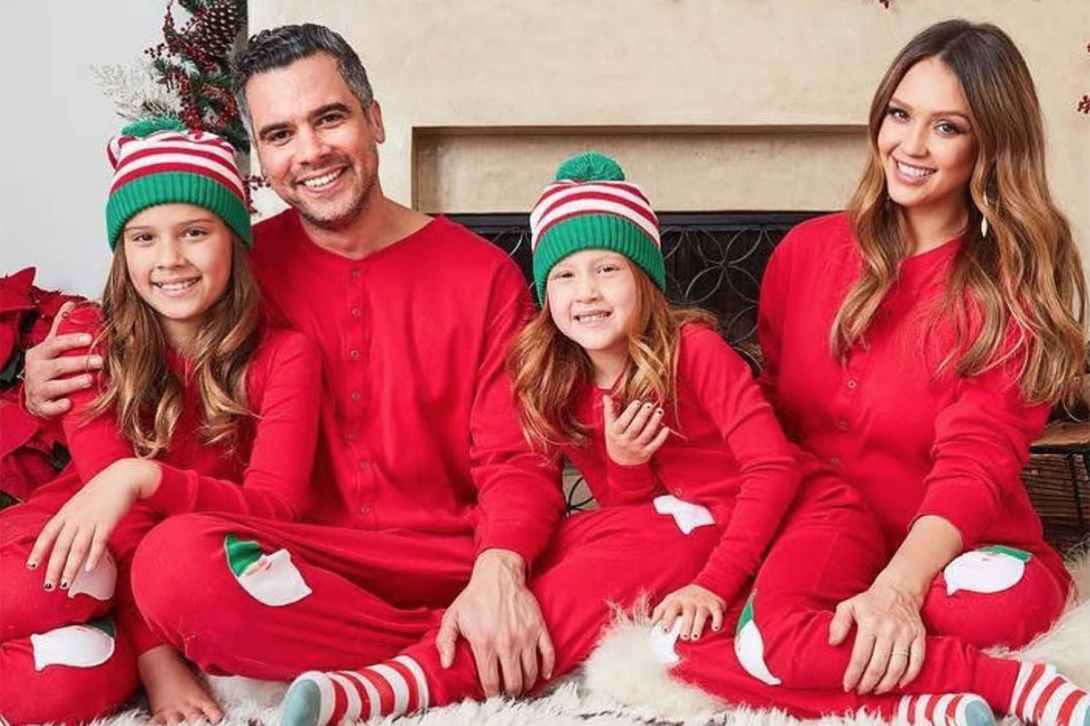 Jessica Alba posa su Instagram insieme al marito Cash Warren e alle figlie Honor e Haven