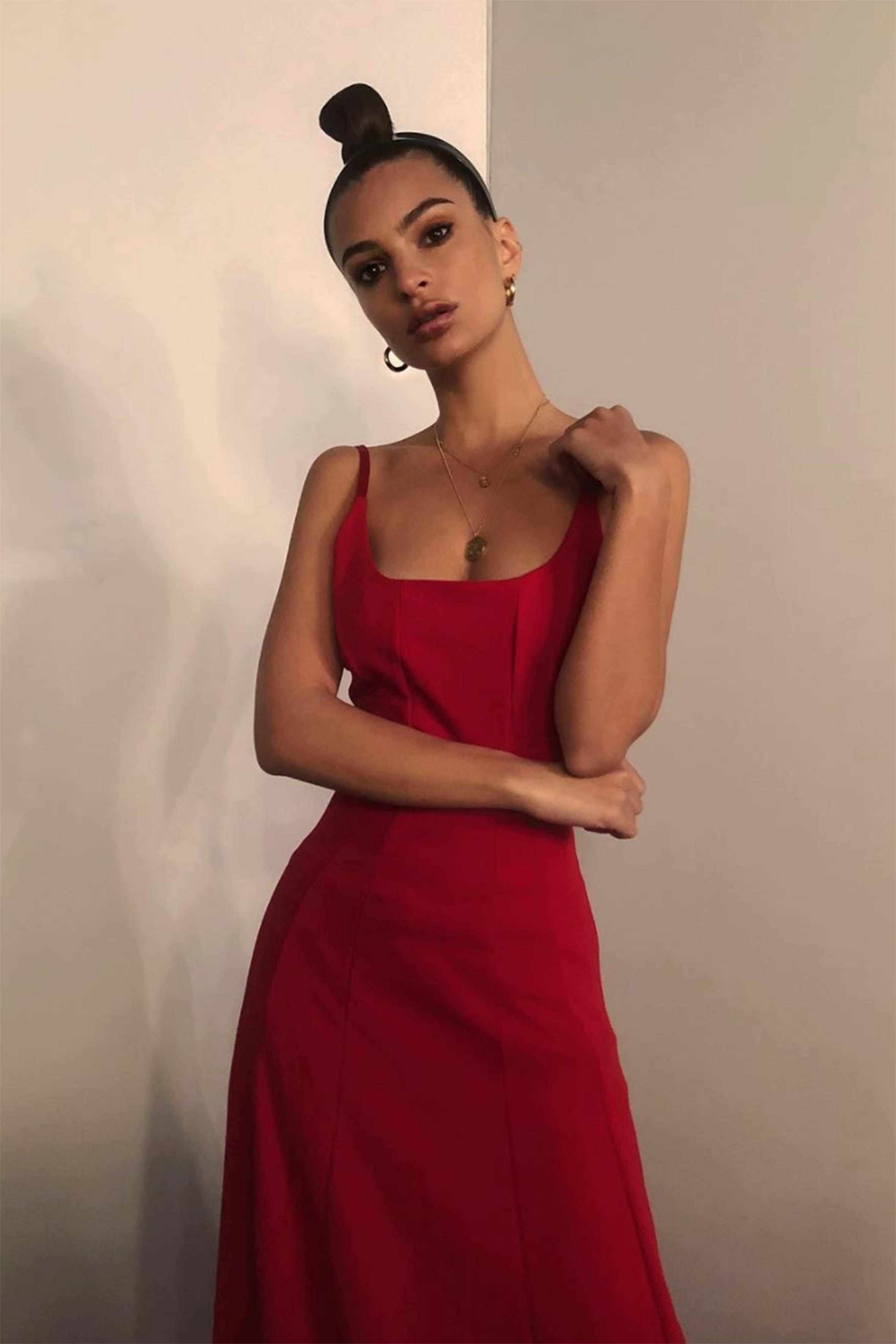 Il rosso è sexy, come dimostra la top Emily Ratajkowski