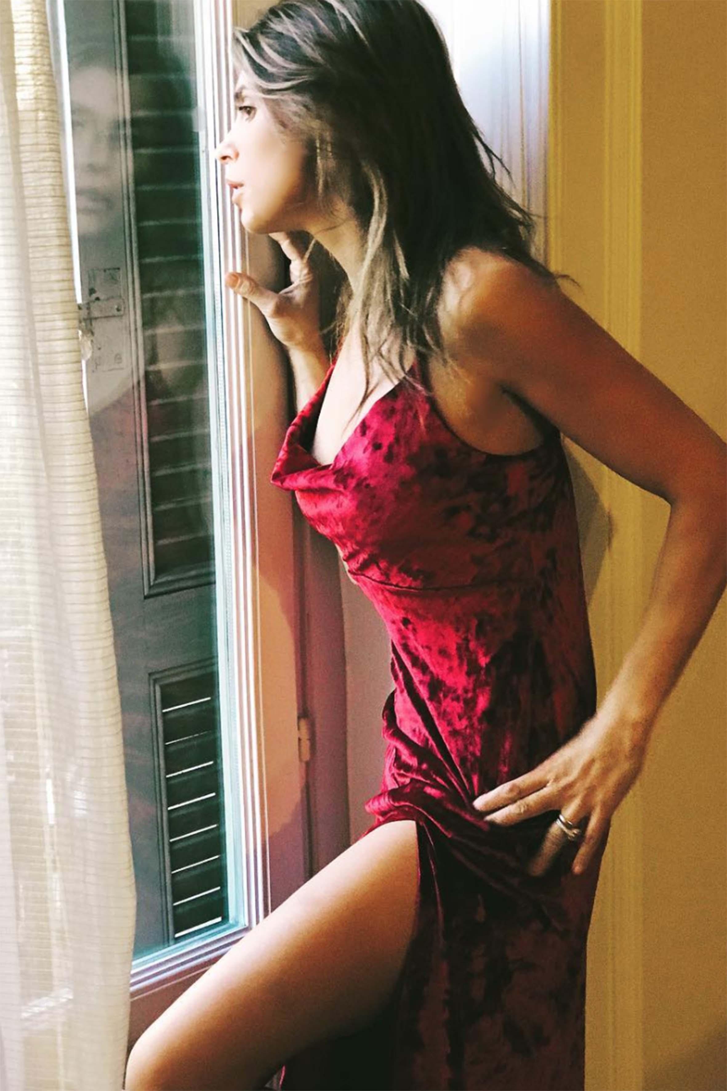 Elisabetta Canalis lo sa: il rosso e il velluto per Capodanno sono un'accoppiata vincente